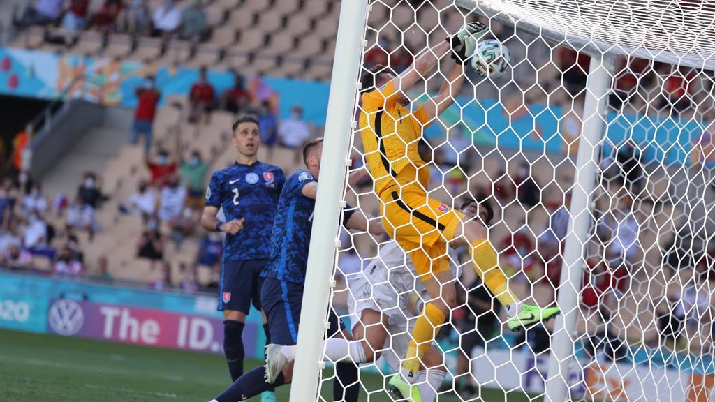 Martin Dubravka haut sich den Ball ins eigene Netz