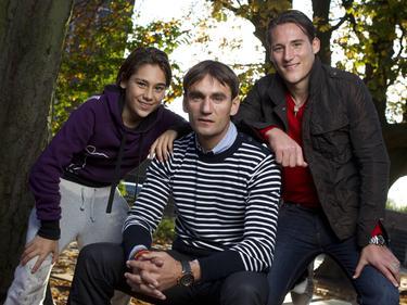 Uit de oude doos: een prachtige foto van de voetbalfamilie Gudelj. Vader Nebojša (m.), Dragi (l.), de jongste zoon, en Nemanja (r.), de oudste zoon. (02-11-2011)