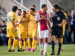 Ricardo van Rhijn uit zijn onvrede bij arbiter Milorad Mažić als de scheidsrechter een strafschop toekent aan APOEL Nicosia in de Champions League-wedstrijd tegen de club uit Cyprus. (30-09-2014)
