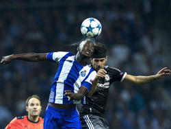Danilo pugna un cuero aéreo en un duelo de Champions. (Foto: Getty)