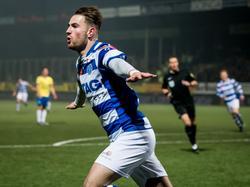 Cas Peters kan al vroeg in de wedstrijd juichen. De aanvaller van De Graafschap maakt na zeven minuten de openingstreffer tegen SC Cambuur en viert dat uiteraard. (27-11-2015)