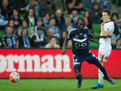 Matt McKay (r.) begaat een overtreding op Thomas Deng (l.) tijdens het competitieduel Melbourne Victory - Brisbane Roar (09-04-2016).