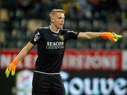 VVV-Venlo-doelman Maarten de Fockert geeft aanwijzingen tijdens het competitieduel VVV - FC Volendam (09-09-2016).