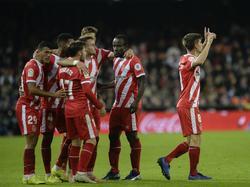 Los jugadores del Girona celebran su gol en Mestalla. (Foto: Getty)