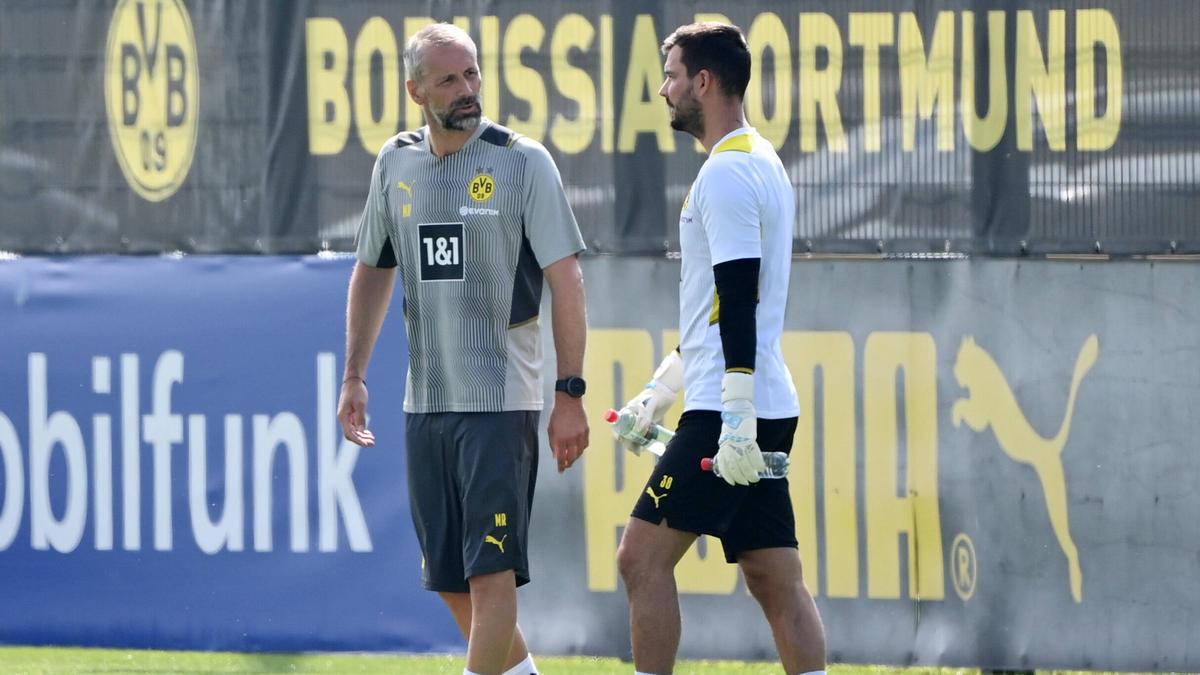 BVB-Trainer Marco Rose (l.) spricht über die Rolle von Roman Bürki (r.)