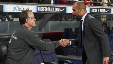 Bielsa y Guardiola se saludan antes de un Athletic Barcelona.