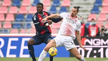 Zlatan Ibrahimovic (r.) vom AC Mailand kämpft mit Adama Soumaoro vom FC Bologna um den Ball