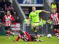 PSV heeft een corner, maar Ajax pikt de bal op. Mike van der Hoorn stoomt op naar voren, waarna Jetro Willems aan de noodrem trekt. De linksback van PSV krijgt een gele kaart. (20-03-2016)