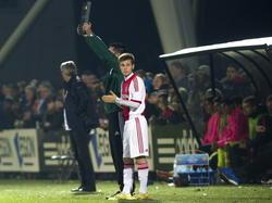 James Efmorfidis staat te wachten tot hij het veld mag betreden in de wedstrijd Ajax A1 - FC Barcelona A1 in de Youth League. (04-11-2014)