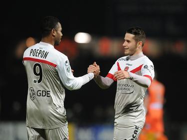 Loris Néry (r.) bejubelt Rydell Poepon in de wedstrijd Stade Laval - Valenciennes. (19-12-2014)