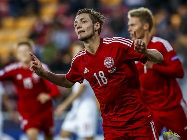 De vingertjes van Rasmus Falk kunnen omhoog nadat hij Jong Denemarken op voorsprong heeft gezet tegen Jong Servië. (23-06-2015)
