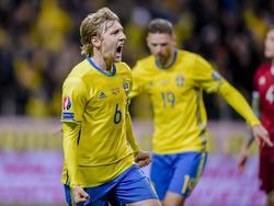 RB Leipzig-Offensivspieler Emil Forsberg (l.) feiert seinen ersten Treffer für die schwedische Nationalelf