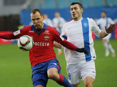 Ignashevich (izq.) del CSKA intenta llevarse el cuero ante Jahovic. (Foto: Imago)