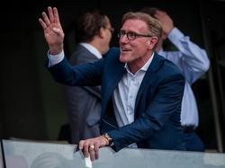 Van Breukelen begroet een kennis. Tijdens de wedstrijd PSV-Feyenoord is de oud doelman van PSV aanwezig. (30-08-2015)