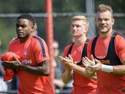 Kyle Ebecilio (l.), Richard Jensen (m.) en Nick Marsman (r.) bedanken het publiek tijdens de eerste training van FC Twente (22-06-2016).