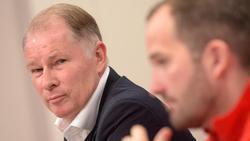 Augsburgs Sportdirektor Stefan Reuter (l.) gibt Trainer Manuel Baum erneut Rückendeckung