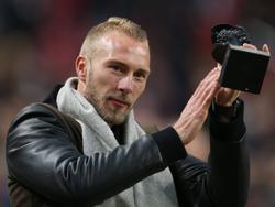 Het publiek in de Amsterdam ArenA neemt voorafgaand aan de wedstrijd Ajax - PSV afscheid van Mike van der Hoorn, die in de zomer de overstap maakte naar Swansea City. (18-12-2016)