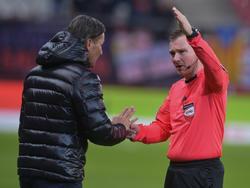 Schiedsrichter Dieter Muckenhammer schickt SVM-Coach Gerald Baumgartner auf die Tribüne