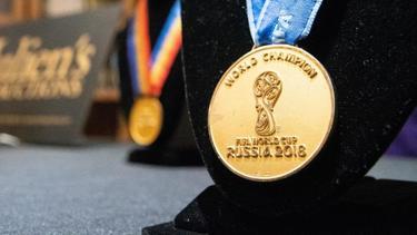 Die Goldmedaille eines französischen Fußball-Weltmeisters stand zwei Jahre nach dem Titel zum Verkauf