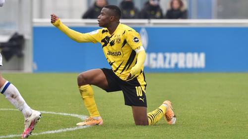 Youssoufa Moukoko wurde von einigen Idioten auf Schalke beschimpft und bedroht