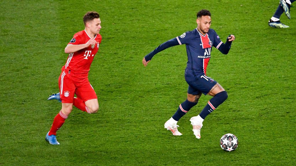 PSG-Star Neymar (r.) und Joshua Kimmich vomFC Bayern München kämpfen um den Ball