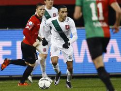Ajax-huurling Zakaria El Azzouzi, hier in actie voor FC Twente tegen NEC Nijmegen, kijkt naar een afspeel mogelijkheid (27-01-2016)