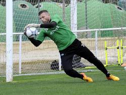 Reservedoelman Peter van der Vlag in actie tijdens het trainingskamp van FC Groningen in Spanje. (07-01-2016)
