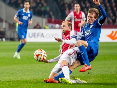 Ajax speler Nicolai Boilesen (l.) onderschept de bal van Dnipro Dnipropetrovsk-speler Valeriy Fedorchuk (r.). (19-03-2015)