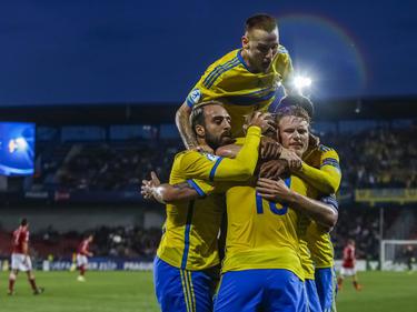 John Guidetti (#10) krijgt de felicitaties van zijn ploeggenoten na het scoren van de 0-1 tijdens Jong Denemarken - Jong Zweden op het EK onder 21. (27-06-2015)
