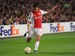 Anwar El Ghazi geeft een voorzet tijdens het Europa League-duel Ajax - Fenerbahçe. (05-11-2015)