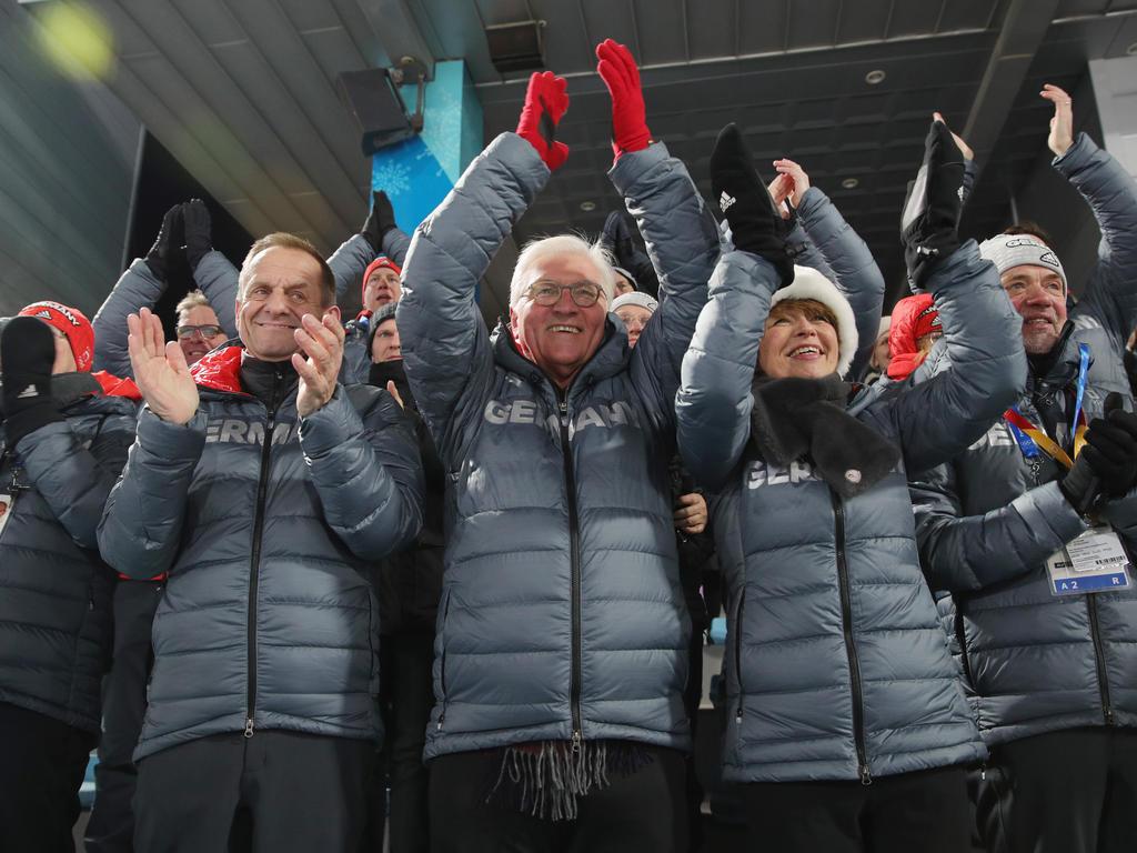 Frank Walter Steinmeier (M.) feiert in Südkorea mit dem deutschen Team