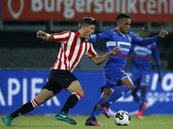 Stijn Spierings (l.) van Sparta Rotterdam probeert de bal af te pakken bij Willem II-speler Funso Ojo (r.). (15-10-2016)