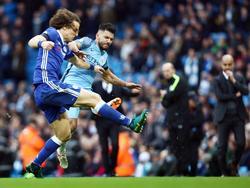 Sergio Agüero (r.) begaat een stevige overtreding op David Luiz (l.) tijdens het competitieduel Manchester City - Chelsea (03-12-2016).