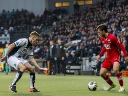 Tim Breukers (l.) probeert Joris van Overeem (r.) af te stoppen tijdens het competitieduel Heracles Almelo - AZ.