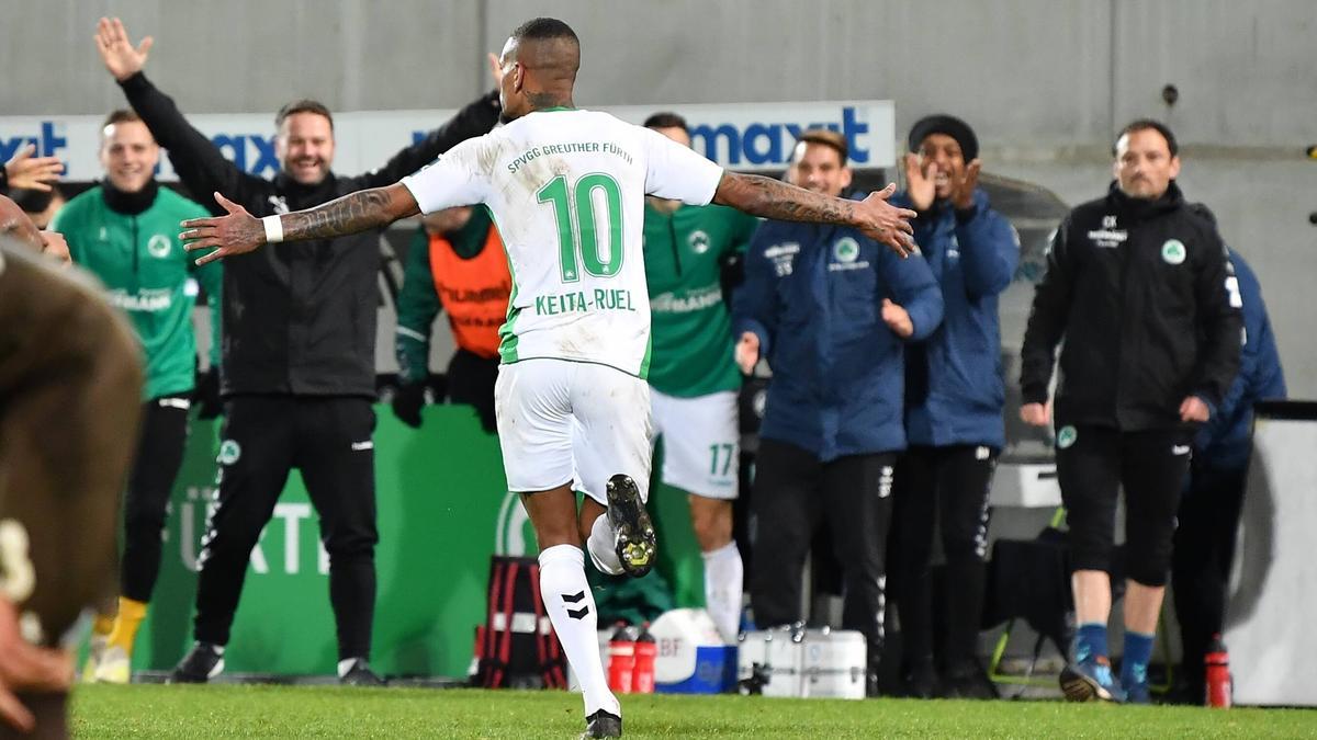 Daniel Keita-Ruel bejubelt das 3:0 gegen St. Pauli