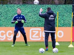 Indy Groothuizen (l.) wordt bij het eerste elftal van Ajax gehaald tijdens de training. Keeperstrainer Carlo L'Ami houdt zich bezig met de goalie van Jong Ajax. (18-03-2016)