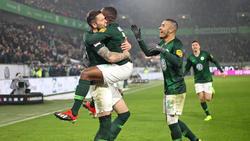 Wolfsburgs Jérôme Roussillon (2.v.l.) bejubelt sein Tor zum 1:0 gegen RB Leipzig