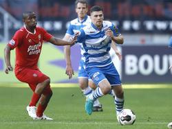 Danny Holla (r.) snelt langs Kamohelo Mokotjo (l.) tijdens het competitieduel FC Twente - PEC Zwolle (16-10-2016).