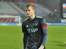 Aanvoerder Matthijs de Ligt loopt teleurgesteld van het veld nadat Jong Ajax op bezoek bij FC Emmen gelijk heeft gespeeld. (13-01-2017)