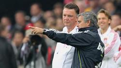 José Mourinho (r.) gewann gegen Louis van Gaal (l.)