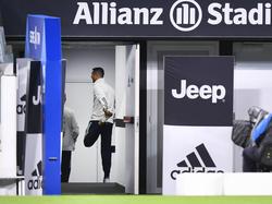 Ronaldo hace ejercicios de calentamiento en el Juventus Stadium.