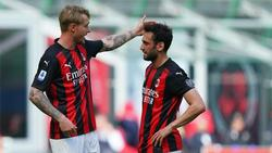 Die beiden ehemaligen Bundesliga-Profis Simon Kjaer (l.) und Hakan Calhanoglu mussten mit dem AC Mailand eine Heimpleite hinnehmen