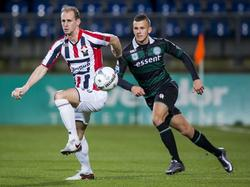 Frank van der Struijk blijft zeer kalm bij een hoge bal, ook al zit Jesper Drost (r.)  in zijn rug. (26-01-2016)
