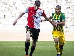 Michiel Kramer (l.) houdt Gianni Zuiverloon af in een duel om de bal. (01-11-2015)
