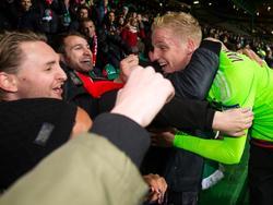Donny van de Beek viert de overwinning op Celtic met de fans in Schotland. De jonge middenvelder maakt tegen Celtic zijn officiële debuut in Ajax 1. (26-11-2015)