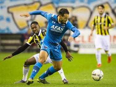 AZ-aanvaller Mounir El Hamdaoui draait weg bij zijn tegenstander Kelvin Leerdam in het duel tussen Vitesse en AZ. (08-11-2015)