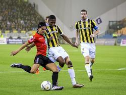 NEC-speler Navarone Foor is de zestien ingeslopen en waagt een poging op doel. Vitesse-verdediger Kelvin Leerdam probeert hem af te stoppen. Guram Kashia kijkt van afstand mee. 29-11-2015)