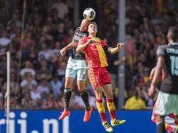 Teije ten Den (r.) vecht een luchtduel uit met Heiko Westermann (l.) tijdens het competitieduel Go Ahead Eagles - Ajax (28-08-2016).