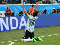 Messi señala al cielo tras conseguir el primer tanto albiceleste. (Foto: Getty)