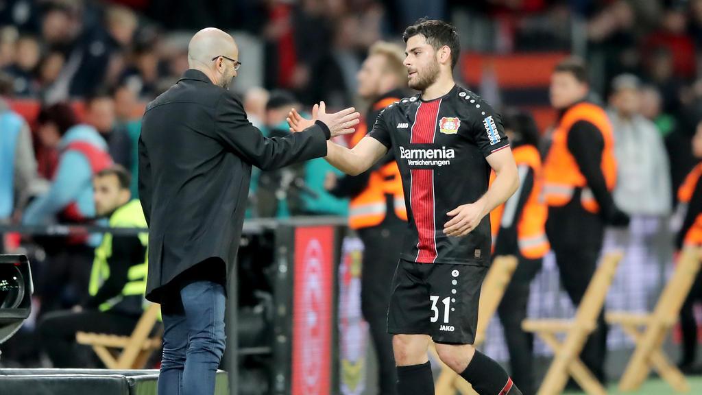 Peter Bosz (l.) greift mit Bayer Leverkusen in der Europa League an